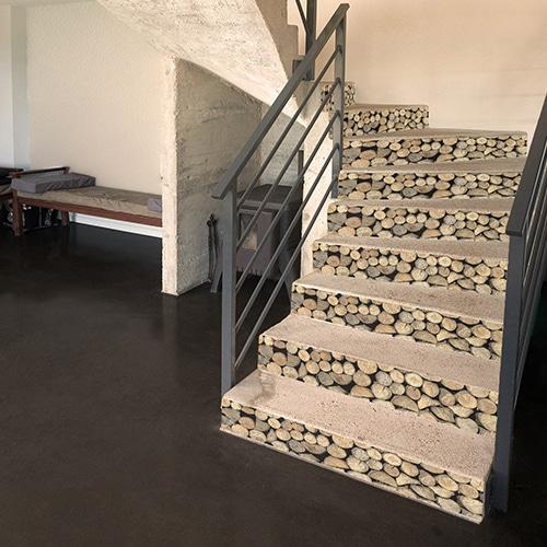 Autocollant rondins de bois pour déco contremarches d'escalier en béton blanc