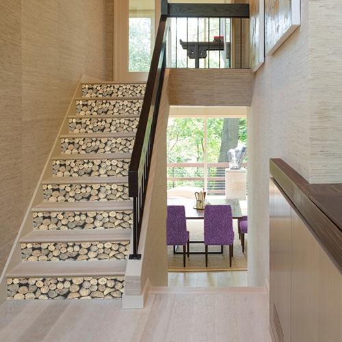 Sticker décoration rondins de bois pour contremarches d'escalier en bois clair moderne