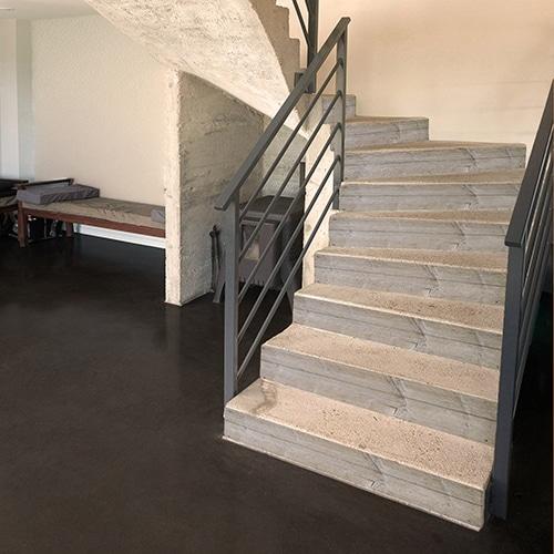 Sticker décoration contremarches imitation planche de bois pour escalier en béton blanc
