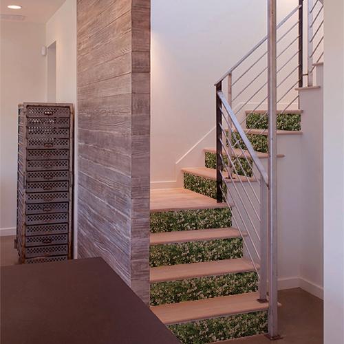 Autocollant déco mur végétal de fleurs pour contremarches d'escalier en bois clair moderne
