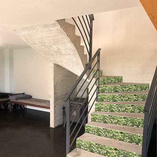 Autocollant mur végétal de fleurs pour décoration contremarches d'escalier en béton blanc