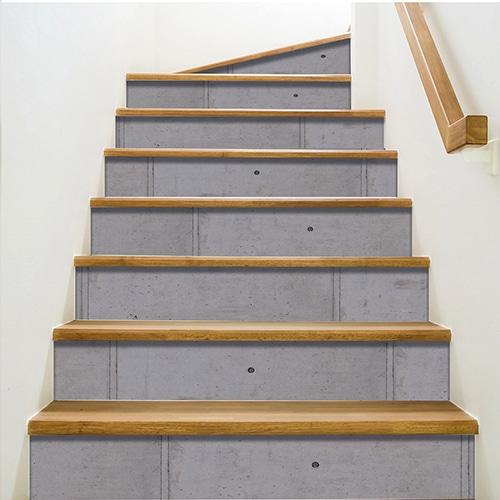 Adhésif déco contremarches béton ciment pour escalier en bois mur blanc