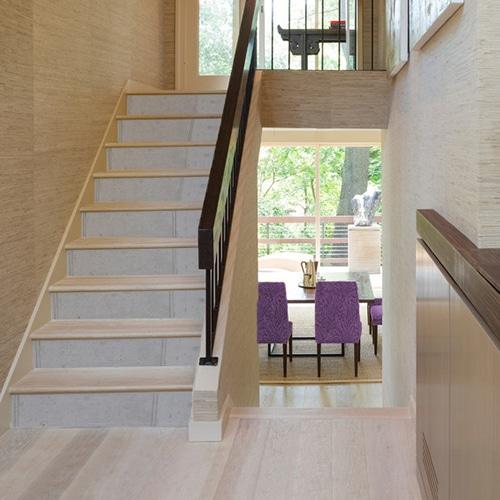 Adhésif béton ciment pour déco contremarches d'escalier en bois clair moderne