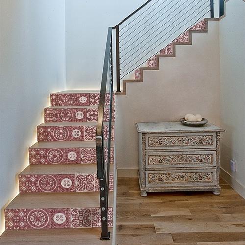Autocollant déco pour contremarches carreaux de ciment rouge escalier en bois clair moderne