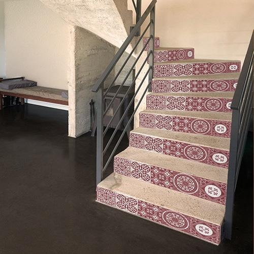 Sticker déco carreaux de ciment rouge pour contremarches d'escalier en béton blanc