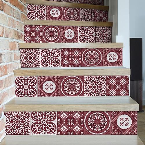 Autocollant déco contremarches carreaux de ciment rouge pour escalier en bois clair mur blanc
