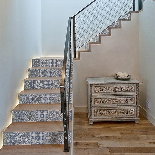 Sticker carreaux de ciment turquoise pour déco contremarches d'escalier en bois moderne