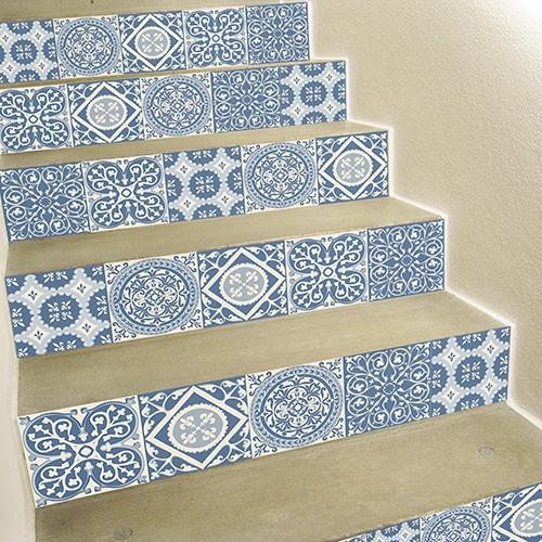 Sticker autocollant imiation ciment avec des motifs bleus et gris pour contremarches