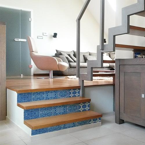 Sticker déco contremarches carreaux de ciment bleu pour escalier en bois moderne