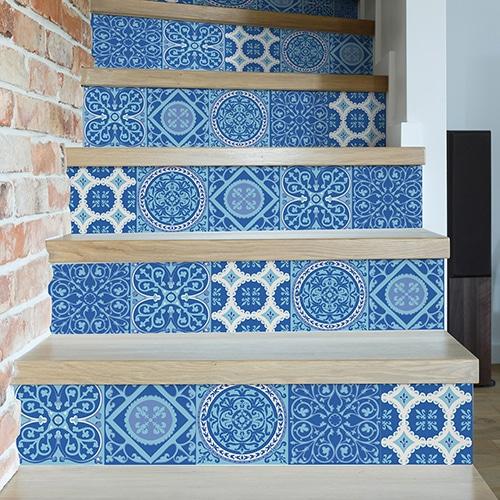 Autocollant carreaux de ciment bleu pour déco contremarches d'escalier en bois clair mur briques
