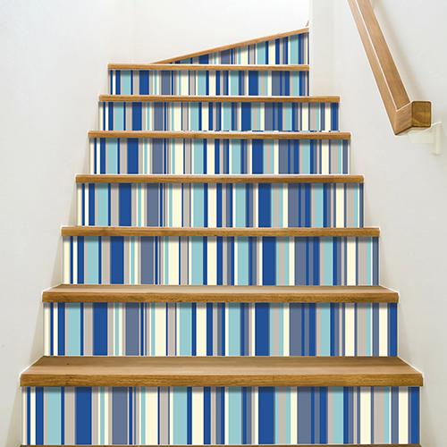 Autocollant déco rayures bleu pour contremarches escalier en bois mur blanc