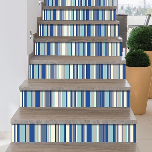 Adhésif rayures bleu pour décoration contremarches d'escalier en bois mur blanc
