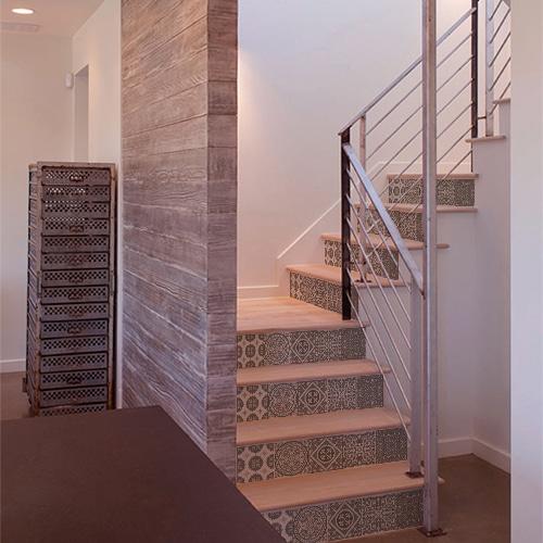 Sticker déco contremarches carreaux de ciment beige pastel pour escalier en bois moderne