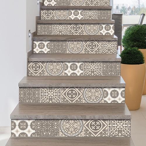 Sticker adhésif carreaux de ciment beige pastel pour déco contremarches d'escalier