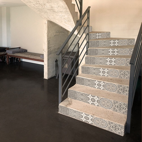 Sticker adhésif pour escalier effet ciment pastel sur escalier de salon authentique