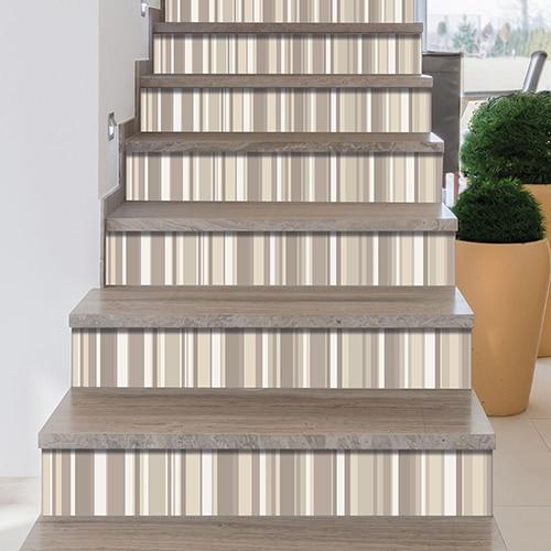 Adhésif escaliers design rayures beiges sur marches en bois gris verni