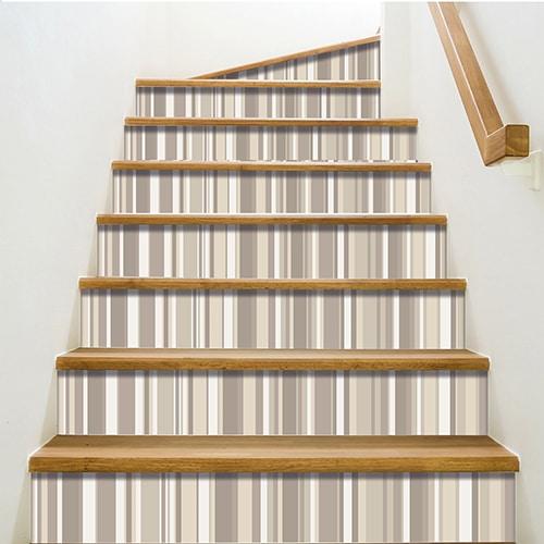 Adhésifs pour contremarches effet rayures beige sur escalier classique bois