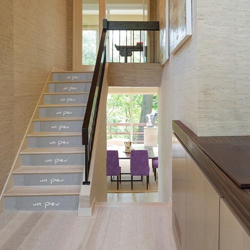 Adhésifs contremarches béton sur escalier en bois avec texte