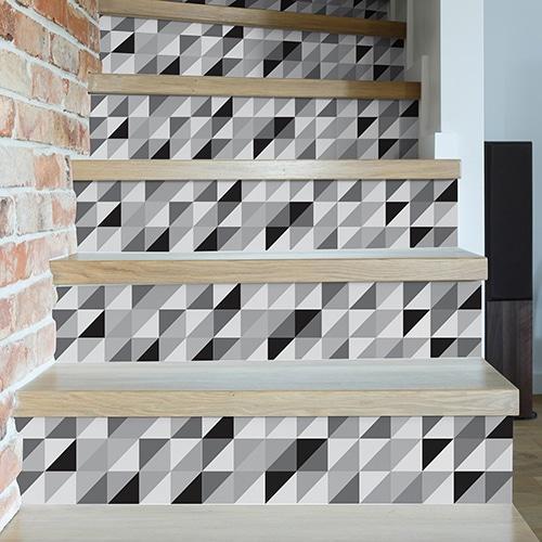 Stickers escaliers motif triangles emboités noir gris et blanc dans maison avec mur en briques