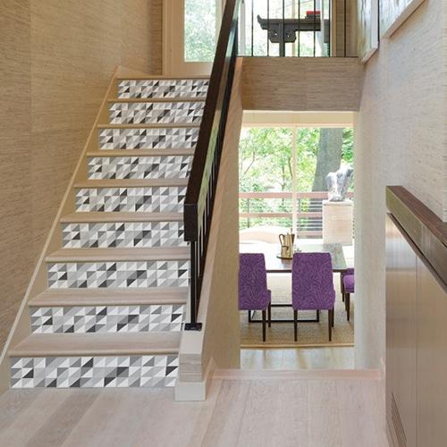 Autocollants escaliers motif triangles emboités noir gris et blanc dans maison intérieur bois