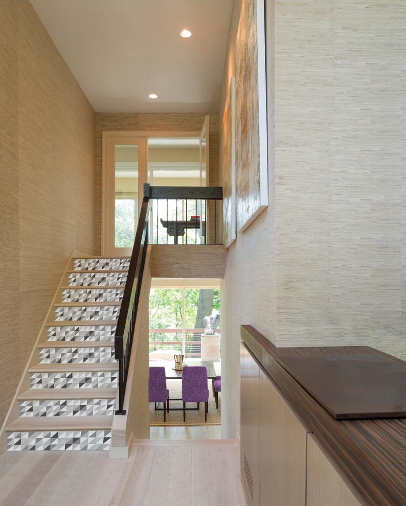 Stickers pour contremarches motif triangles emboités noir gris et blanc dans maison intérieur bois
