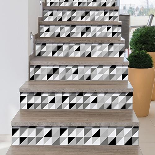 Autocollants contremarches motifs triangles foncés clairs et gris sur escalier bois verni
