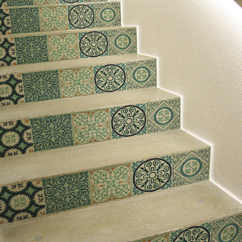Sticker adhésif vert et turquoise motif carreau de ciment collé sur des contremarches