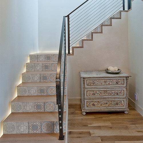 Sticker motif italien gris bleus pour contremarche dans une maison moderne