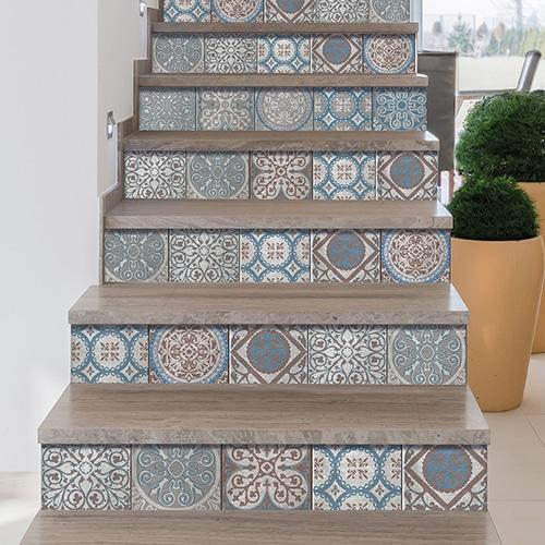 Mosaïque de motif gris style Renaissance à coller sur des contremarches