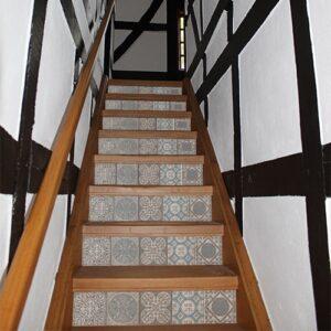 Sticker motif italien de couleur gris dans maison intérieur bois. Déco d'esclaier avec contremarches adhésives