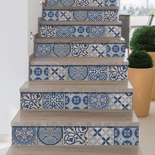 Stickers adhésifs imitation bétons avec des motifs bleus et gris pour décorer les contremarches