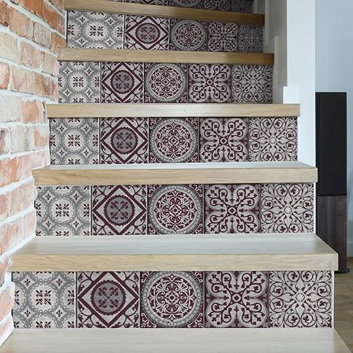 Sticker déco contremarches adhésive carreaux de ciment style mosaÏque ton violet pour contremarches d'escalier.