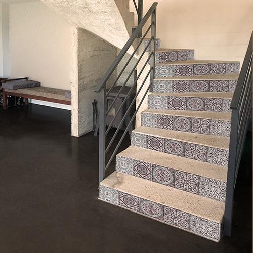 Sticker déco style mosaÏque ton violet pour contremarches d'escalier gris