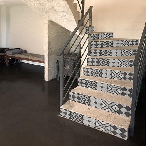 Sticker motifs géométriques gris et noirs pour contremarches