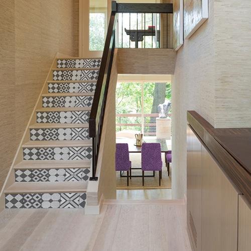 Mosaïque de motifs carrés et losanges noirs et gris pour vos escaliers