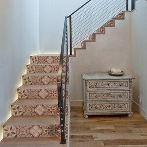 Ensemble de motifs carreaux de ciment orangés et rouge à coller sur des contremarches d'escalier