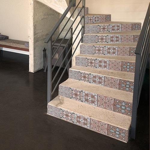 Mosaïque bleue orange et noire à sticker sur vos contremarches adhésives pour escaliers