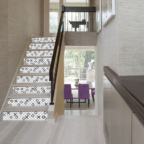 Adhésif décoratif imiation céramique grise avec motif pour contremarches d'escaliers