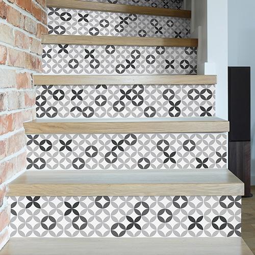 Sticker décoratif imitation céramique avec des motifs en nuances de gris pour contremarches d'escaliers