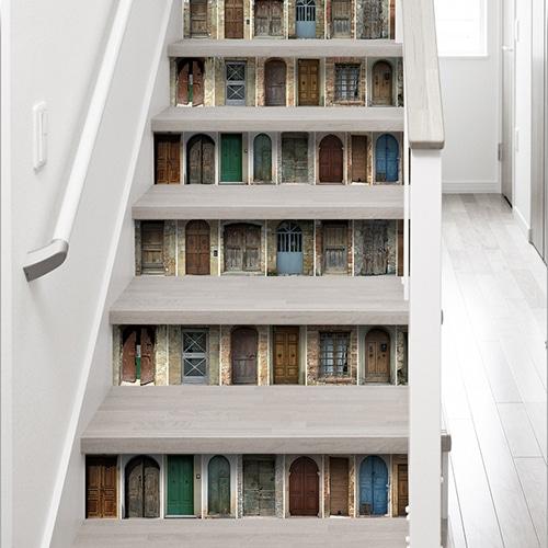 Sticker autocollant représentant des portes de toutes les couleurs pour contremarches d'escaliers