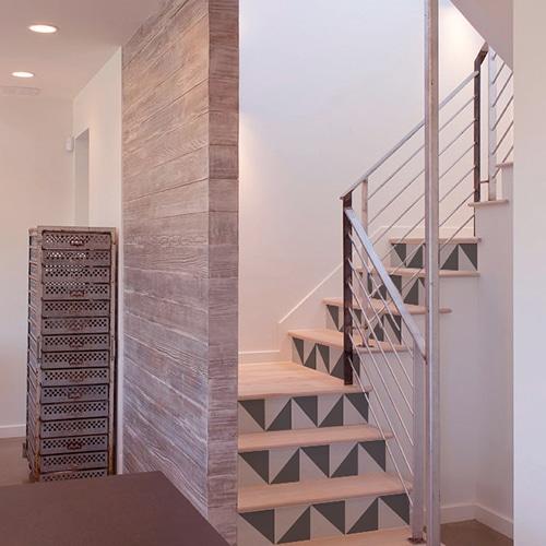 Sticker autocollant mosaïques de triangles gris clair et gris foncés pour décorer les contremarches d'escaliers
