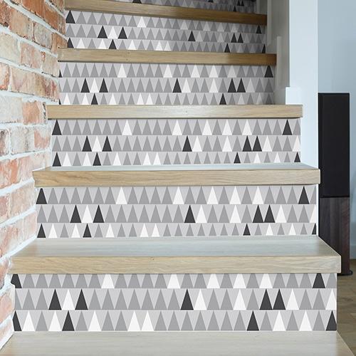Sticker contremarche motif triangulaire blanc gris noirs à coller dans les escaliers