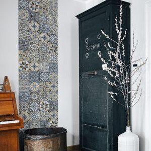 Sticker autocollant carreaux de ciment bleu taupe dans un salon