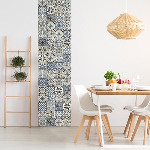 Sticker adhésif carreaux de ciment bleu taupe dans une salle à manger