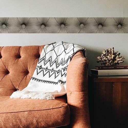 Sticker adhésif Frises droites dans un salon derrière un canapé