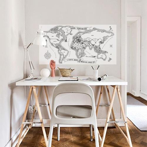 sticker mural carte du monde collé au mur au dessus d'un bureau