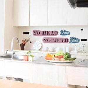 Sticker coloré citation YO ME LO COMO collé dans une cuisine