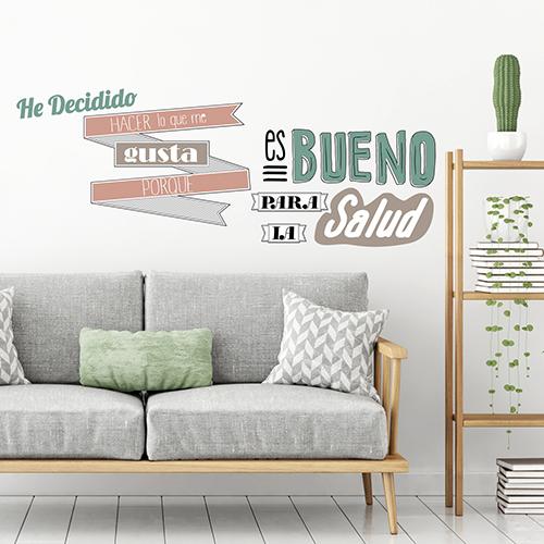 Sticker citation autocollante HACER LO QUE ME GUSTA dans un salon moderne