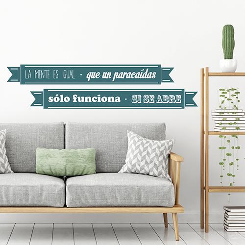 citation colorée en espagnol stické au mur blanc d'une pièce à vivre moderne