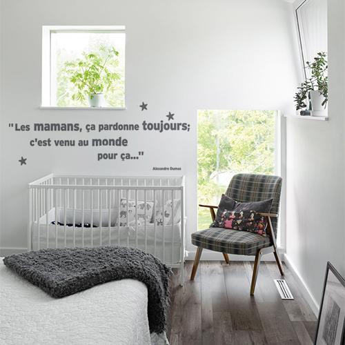 Sticker mignon citation sur les mamans d'Alexandre Dumas collé au mur d'une chambre d'enfant